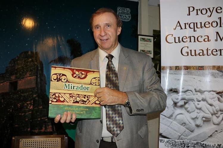El arqueólogo Richard Hansen presenta el libro Cuenca El Mirador, en Jade Maya, Antigua Guatemala, Sacatepéquez. (Foto Prensa Libre: Julio Sicán)