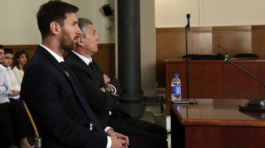 Los argentinos Lionel Messi y su padre, Jorge Messi, fueron condenados a 21 meses de prisión por el delito de fraude fiscal por los derechos de imágen del jugador del FC Barcelona. (Foto Prensa Libre: Hemeroteca)