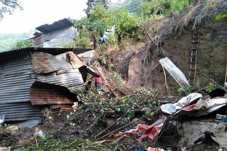 Tres casas quedaron destruidas luego de un deslave en el asentamiento Santa Rita, zona 7. (Foto Prensa Libre: Estuardo Paredes)