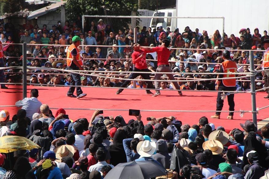 Vecinos y visitantes de la aldea Chivarreto observan pelea de dos participantes. (Foto Prensa Libre: Édgar Domínguez)