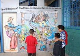 Niños quetzaltecos llegan a la sede de la Edelac, en la zona 5 de Xela, para conocer sobre la historia del país. (Foto Prensa Libre: María José Longo)