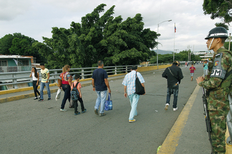 Algunas personas cruzan el puente Simón Bolívar de la fronteriza ciudad de Cúcuta,Colombia.(EFE).