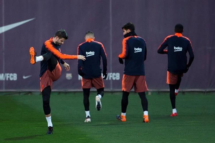 Gerard Piqué (izquierda) durante el entrenamiento del FC Barcelona, este miércoles. (Foto Prensa Libre: EFE)