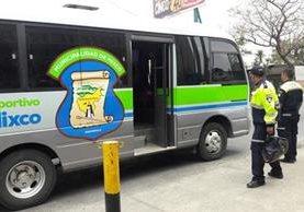 Microbús que la Municipalidad de Mixco puso a disposición de vecinos afectados por el paro de buses. (Foto Prensa Libre: Cortesía comuna).