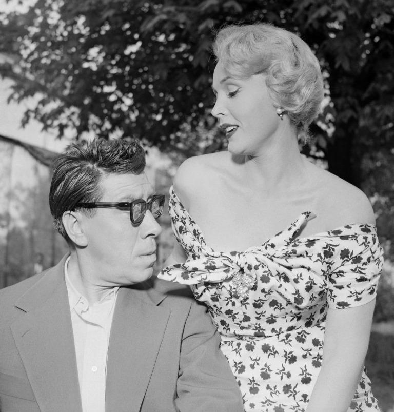 El actor francés Fernandel junto a Zsa Zsa Gabor durante el rodaje de la película Public Enemy No.1. en 1953. (Foto Prensa Libre: AFP)