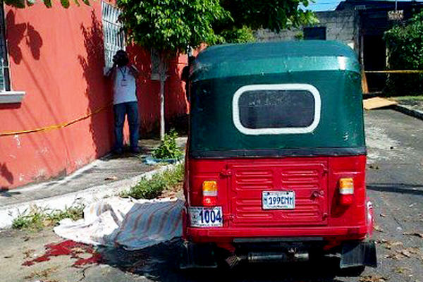 """<p>La víctima yace fuera del mototaxi. (Foto Prensa Libre: Omar Méndez)<br _mce_bogus=""""1""""></p>"""