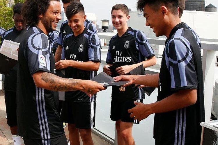 Marcelo comparte con algunos aficionados del Real Madrid durante su estadía en Nueva York. (Foto Prensa Libre: Cortesía Real Madrid).
