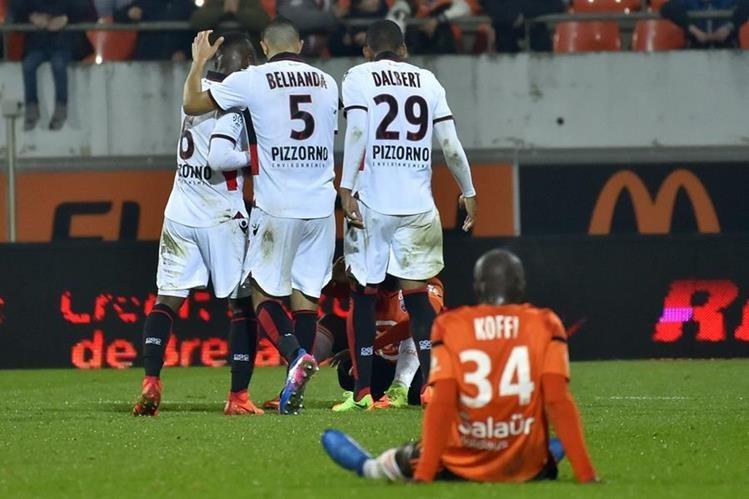 Los jugadores del Niza festejan luego del triunfo sobre el Lorient. (Foto Prensa Libre: AFP)