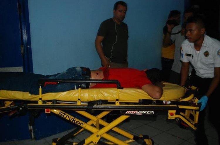El conductor del mototaxi también fue internado.(Prensa Libre:Mario Morales.)