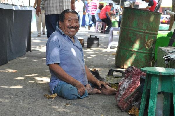 marvin  López trabaja como lustrabotas, en Retalhuleu.