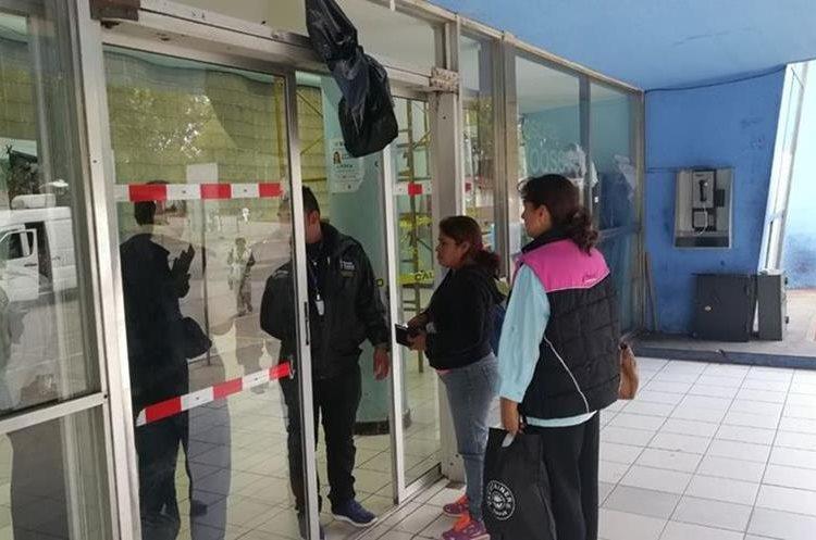Solo las personas con permiso especial y los trabajadores pudieron ingresar al edificio del Hospital Roosevelt. (Foto Prensa Libre: Estuardo Paredes)