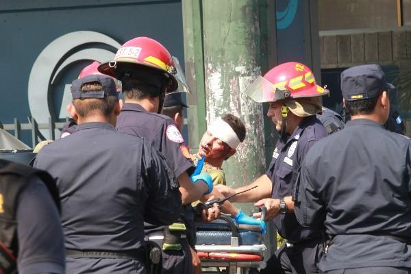 Bomberos atienden a Édgar Humberto Pineda Taracena.