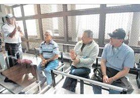 Byron Barrientos, a la derecha, capturado el 6 de enero de 2016 junto a otros militares, por crímenes contra la humanidad. (Foto: Hemeroteca PL)