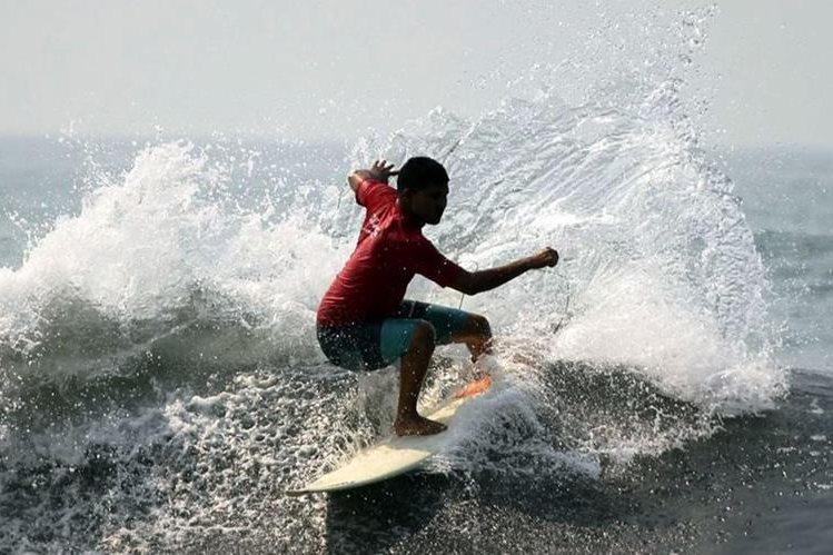 Mario Vega, de Puerto San José, es uno de los 11 surfistas —siete hombres y cuatro mujeres— que van por los seis boletos para el Mundial, en Costa Rica. (Foto Prensa Libre: Cortesía Asosurf)
