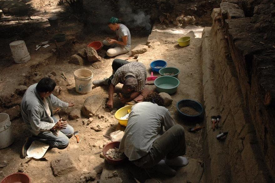 Investigadores del sitio arqueológico Ceibal, en Petén, aseguran que casi no hay información sobre el periodo maya preclásico, debido a que hay que excavar mucho. (Foto Prensa Libre: EFE)