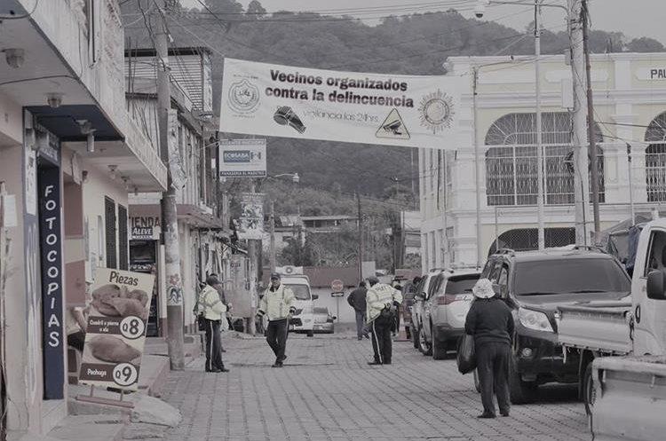 Los habitantes de La Paz  se organizaron, ahora se comunican e informan de cualquier incidente  y advierten de la organización contra la delincuencia. (Foto Prensa Libre: Érick Ávila)