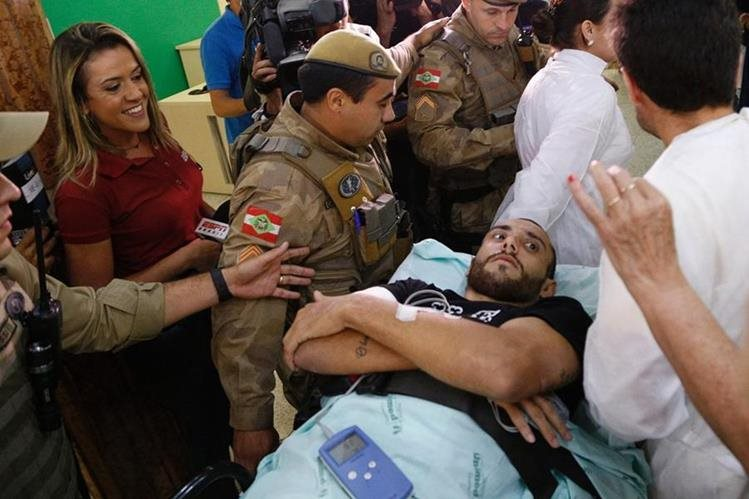 Alan Ruschel a su llegada a Chapecó luego de estar dos semanas hospitalizado en Colombia. (Foto Prensa Libre: AFP)