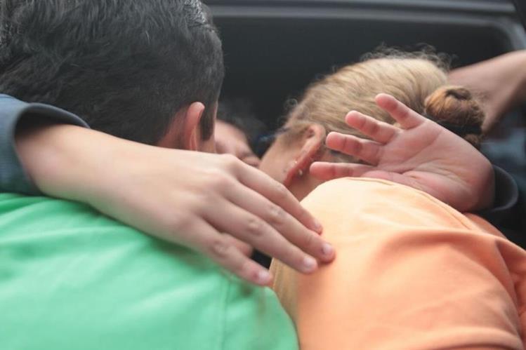 Los padres abrazan a su hijo luego de una semana de cautiverio en la zona 4. (Foto Prensa Libre: Erick Avila)