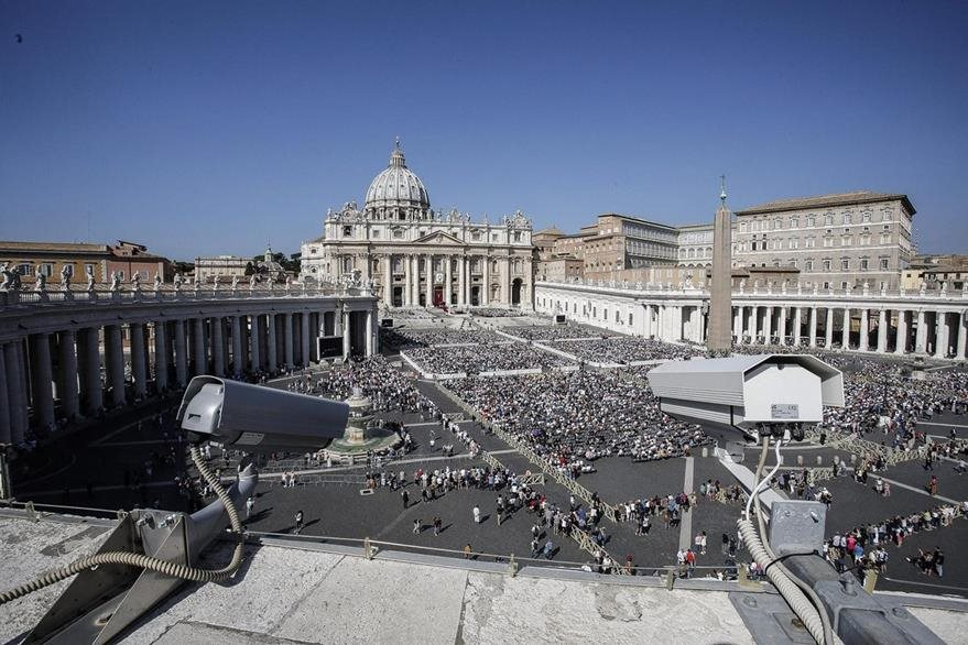 La Plaza San Pedro luce abarrotada durante el rezo del Ángelus. (Foto Prensa Libre: EFE)