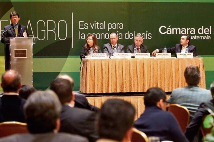 directivos de Camagro y ministros escuchan el análisis del sector para el 2016.