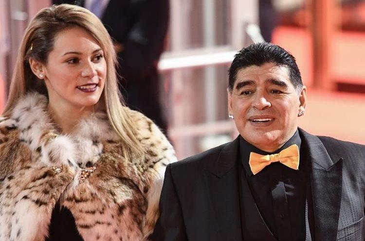 Maradona llegó con su novia Rocio Oliva (Foto Prensa Libre: AFP).