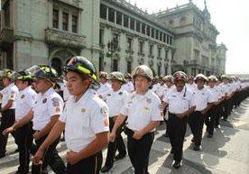 Elementos del cuerpo de Bomberos desfilaron en el Centro Histórico.
