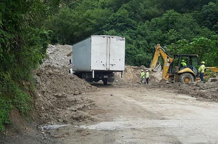 Ante los constantes derrumbes del cerro Lec, autoridades habilitaron la ruta. (Foto Prensa Libre: Ángel Julajuj)