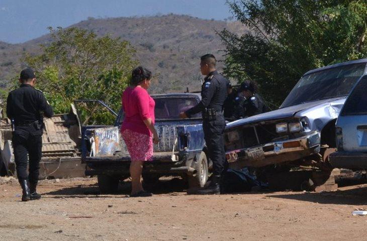 Una familiar de la víctima llegó a reconocer el cadáver del hombre. (Foto Prensa Libre: Mario Morales)