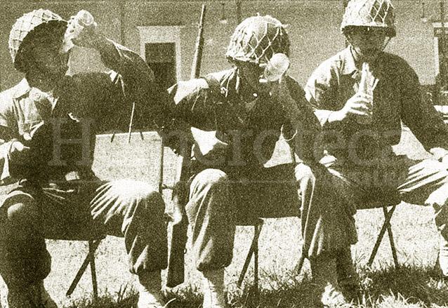 Turcios Lima, al centro, descansa en una jornada con el Ejército de Guatemala. (Foto: Hemeroteca PL)