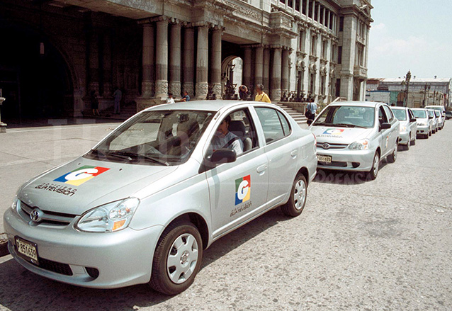 Una caravana de automóviles recorrió la ciudad anunciando el nacimiento del nuevo canal, Guatevisión en marzo 2003. (Foto: Hemeroteca PL)