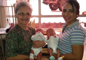 La madre nombró a sus gemelos Víctor y Victoria en agradecimiento a doña Vicky y la ayuda que le dio. (Foto Prensa Libre: Mormond Sud)