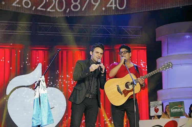 Los cantantes Carlos Peña y Napoleón Robleto, participaron en la última noche de la Teletón. (Foto Prensa Libre: Facebook Teletón)