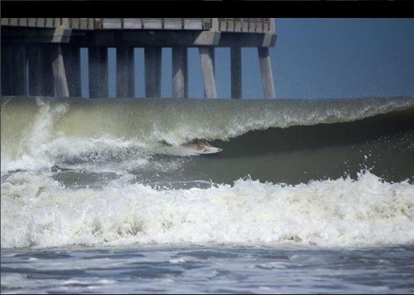 Venezia, considerado una joven promesa del surf, falleció tras impactar contra un arrecife cerca de su casa. (Foto tomada de redes)