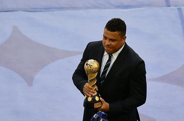 El brasileño Ronaldo muestra el trofeo que será entregado al campeón.