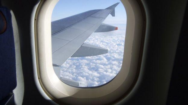 Dejar las persianas abiertas hace que sea más fácil evaluar la situación en el exterior, en caso de que haga falta evacuar.
