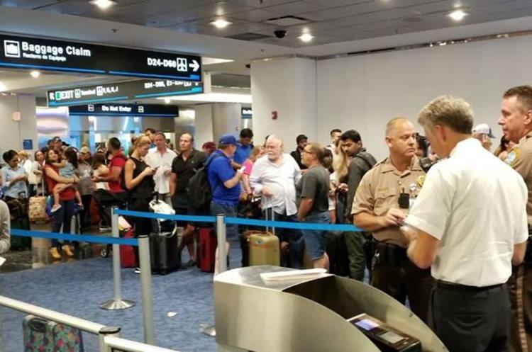 Pasajeros en el Aeropuerto de Miami abarrotaron vuelos hacia otros destinos de EE.UU. previo a que pasará el Huracán Irma. (Foto Prensa Libre: EFE)