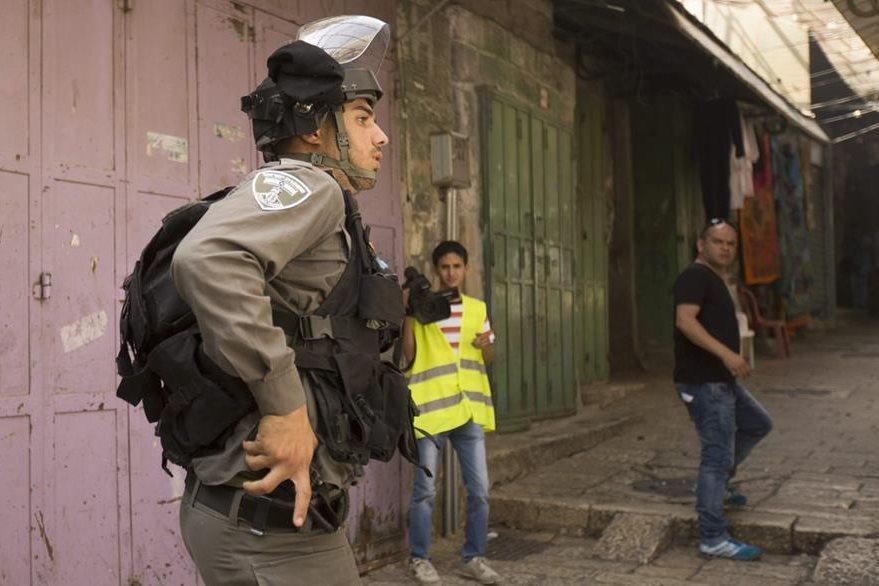 Policía israelí patrulla en la Explanada de las Mezquitas, Jerusalén Este. (EFe)
