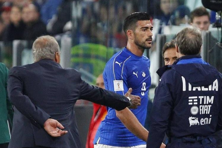 El técnico de Italia Giampiero Ventura extiende la mano al delantero Graziano Pellé que no lo ignora después de ser sustituído en el partido contra España. (Foto Prensa Libre: Twitter)
