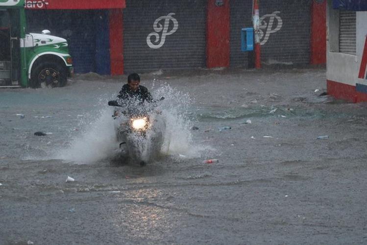 El agua acumulada en las calles alcanzó un metro de altura. (Foto Prensa Libre: Enrique Paredes)