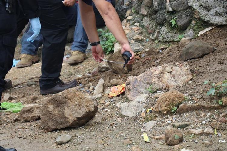 Peritos del Ministerio Público recolectan evidencia donde fue ultimado un marimbista.(Foto Prensa Libre: Mario Morales.)