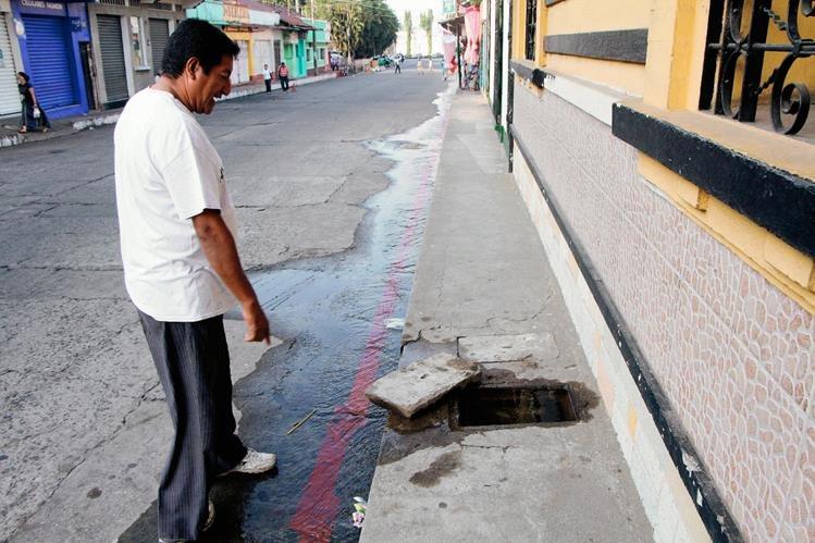 """Un vecino afectado  observa como se desperdicia el agua en la 5ta. avenida """"A"""" de la zona 1 de Retalhuleu. (Foto Prensa Libre: Rolando Miranda)"""