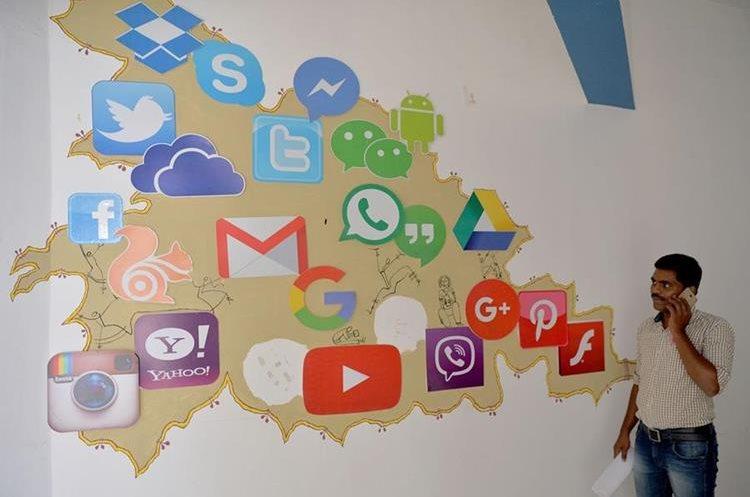 Un mural muestra varias compañías de medios sociales, incluyendo Facebook y Twitter. (AFP).
