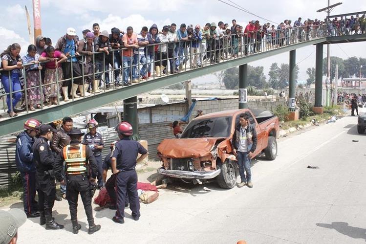Autoridades observan el lugar del accidente ante los ojos de decenas de curiosos. (Foto Prensa Libre: Víctor Chamalé)
