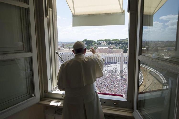 El papa Francisco saluda a la multitud en la Plaza San Pedro. El Pontífice viajará a Nueva York en septiembre próximo. (Foto Prensa Libre: EFE).