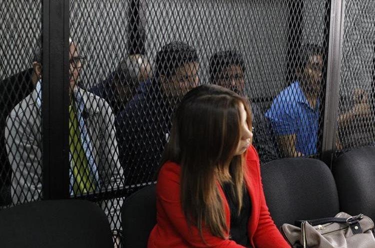 Capturados escuchan los motivos de su detención en el juzgado. (Foto Prensa Libre: Paulo Raquec)