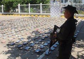 El cargamento de droga sería desembarcado en Guatemala y sería enviado a Estados Unidos y Europa. (Foto Prensa Libre: @PoliciaColombia)