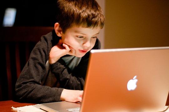 Menores que navegan sin supervisión son susceptibles a encontrar material inapropiado en Internet. (Foto Prensa Libre: Hemeroteca PL)