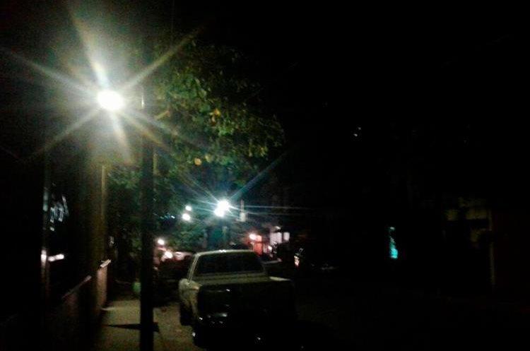 Las calles volvieron a iluminarse después de 33 días de permanecer sin el servicio en el área urbana de Malacatán. (Foto Prensa Libre: Whitmer Barrera).