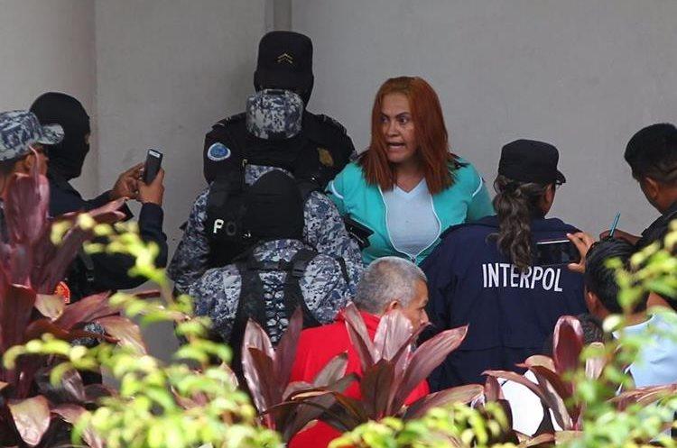 """Alias la Patrona dijo molesta de que fue tratada como """"un animal"""". Agente trató de grabar la agresión."""