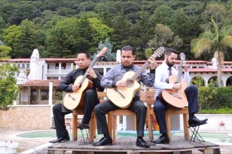 Los guitarristas Luis Juárez Quixtán, Dennis Tuquer y Guillermo Rodríguez interpretan un homenaje a Guatemala. (Foto Prensa Libre: Youtube)